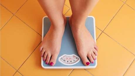 Mulher pesa-se em balança