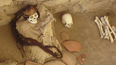 Múmia do cemitério Chauchilla em Nazca, no Peru. Conservação foi possível graças ao clima árido do deserto onde está o cemitério