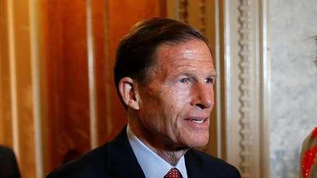 O senador Blumenthal diz que o presidente está interferindo no dever constitucional do Congresso