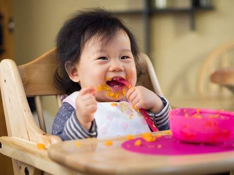Bebê precisa conseguir ficar sentado sem muito apoio para poder começar a comer alimentos sólidos sozinho