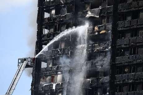 Bombeiros combatem o incêndio no prédio com mais de 20 andares em Londres