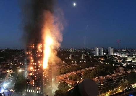 Fogo destruiu um prédio de 27 andares em Londres