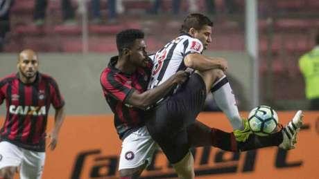 Galo pressionou bastante, mas teve dificuldades para superar o sistema defensivo do time paranaense (Foto: Thomas Santos/AGIF)