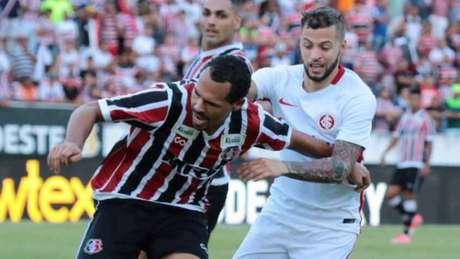 Lesão muscular tira William Pottker do Inter por até um mês