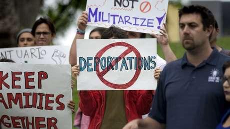Pessoas fazem protesto contra deportações na Califórnia