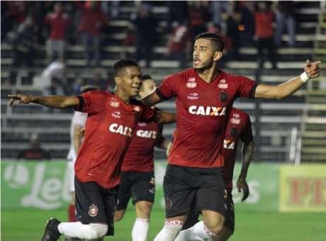 Atletas do Brasil de Pelotas celebram gol diante do Vila Nova-GO  (Foto: Reprodução / Twitter)
