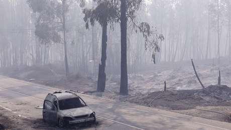 Carro queimado na estrada entre Figueiro dos Vinhos e Castanheira de Pera, no centro de Portugal