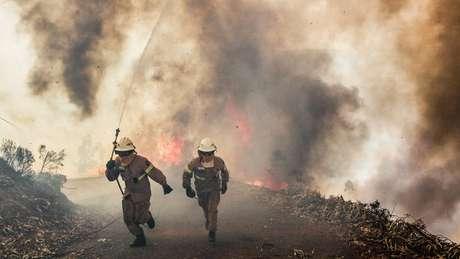 Bombeiros combatem o incêndio em Portugal