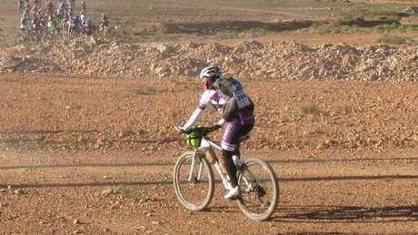 Mulher pedalou 600 km em seis dias no Saara para chamar a atenção para doença de seu filho