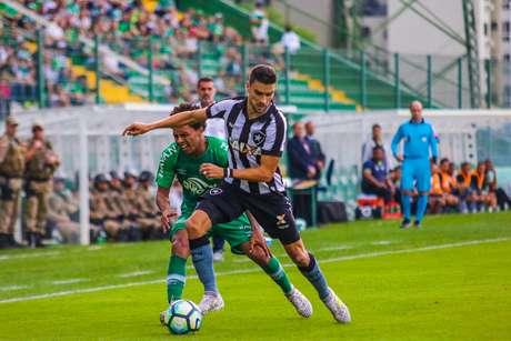 Rodrigo Pimpão disputa jogada