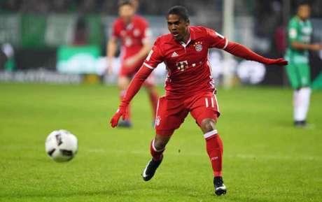 Douglas Costa está no Bayern desde 2015 (Foto: Patrik Stollarz / AFP)