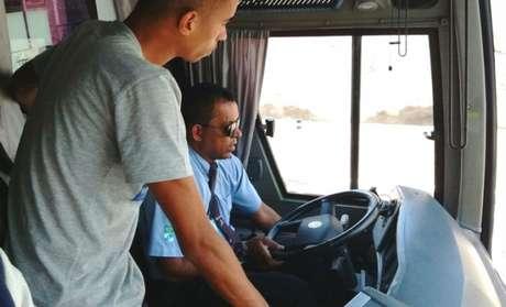 Como o motorista estava meio perdido, o jeito foi pedir ajuda ao lateral Arthur