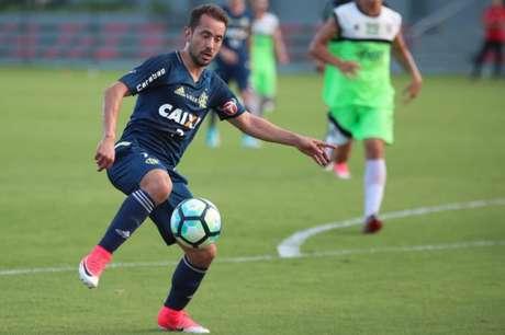 Éverton Ribeiro tem situação regularizada, mas está fora de jogo contra Chapecoense