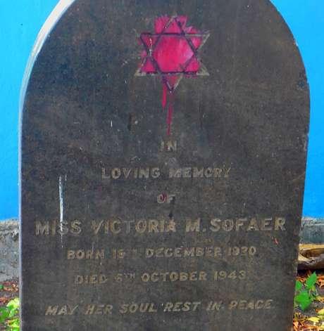 A lápide de Victoria Sofaer