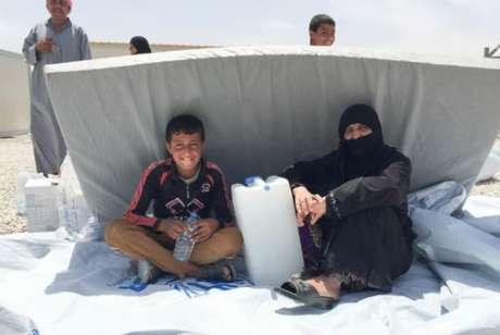 Famílias buscam abrigo no novo acampamento para deslocados do Acnur, no Iraque