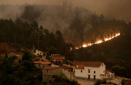 Incêndio florestal em Portugal começou com a quede de um raio na mata