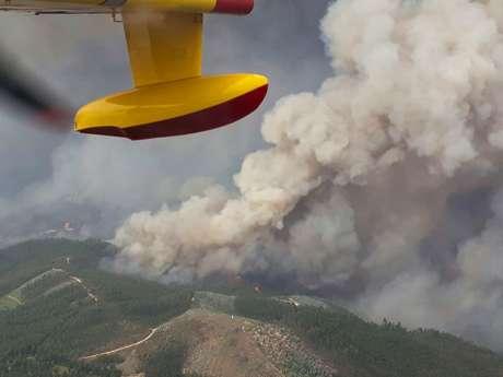 Vista aérea mostra a coluna de fumaça causada pelo incêndio florestal em Portugal