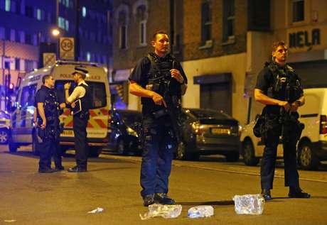 Policiais isolam local onde veículo atropelou várias pessoas em Londres