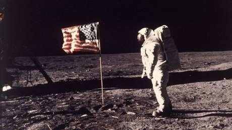 """Retorno do homem à Lua daria à humanidade uma """"sensação de propósito"""", segundo Hawking"""