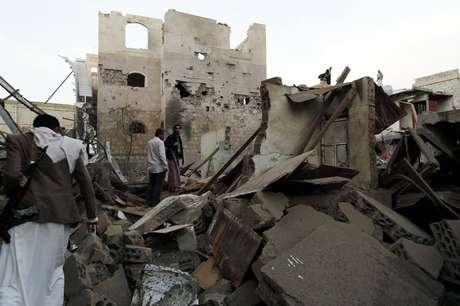 Ruínas de casa destruída por bombardeio em Sanaa