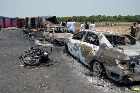 Carros e motos ao redor do caminhão-tanque ficaram totalmente queimados.