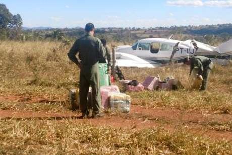 Avião interceptado pela FAB em Goiás tinha mais de 600 quilos de cocaína, informou PM