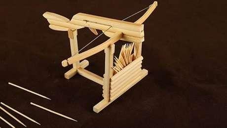 Brinquedo imita arma medieval usando palitos de dente - mas pode ser usado também com agulhas de metal