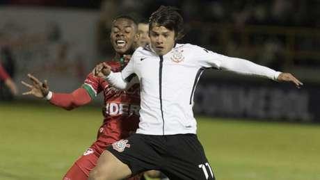 Disputa de bola marcou a partida entre Patriotas e Corinthians em La Independencia (Foto: Agência Corinthians)