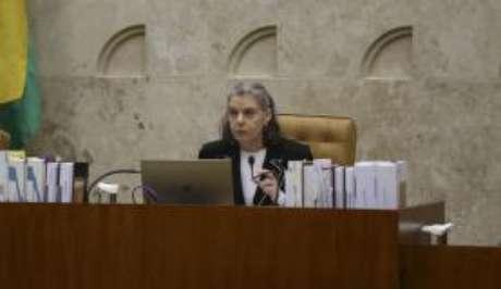 A presidente do Supremo Tribunal Federal, Cármen Lúcia, durante última sessão plenária no STF antes das férias forenses (José Cruz/Agência Brasil)