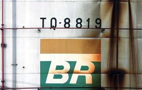 Pelos cálculos da empresa, se o ajuste anunciado hoje for integralmente repassado e não houver alterações nas demais parcelas que compõem o preço ao consumidor final, o diesel poderá cair 2,7%, ou cerca de R$ 0,08 por litro, em média, e a gasolina, 2,4% ou R$ 0,09 por litro, em média.