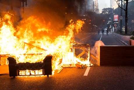 Manifestantes contrários à Reforma Trabalhista e da Previdência, propostas pelo governo de Michel Temer, ateiam fogo em pneus e móveis bloqueando o cruzamento da Avenida Ipiranga com a Avenida São João, em São Paulo (SP), na manhã desta sexta-feira (30), no dia da Greve Geral.