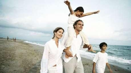 Família usando roupas brancas