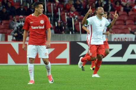 Diones, do Boa Esporte, comemora o gol que marcou no duelo contra o Inter, no Beira-rio