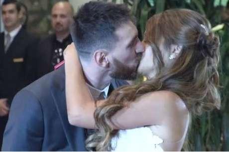 Em crimônia realizada nesta sexta-feira, em Rosário, cidade natal do casal, o craque argentino selou sua união conjugal com o amor de sua infância.