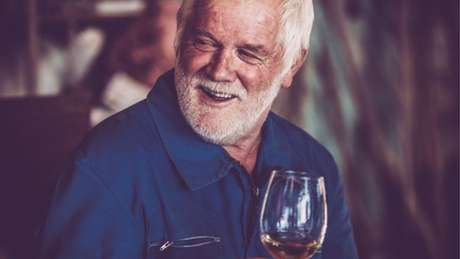Homem bebendo vinho