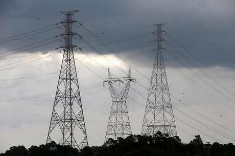 Torres de transmisssão de energia elétrica em Diadema. 10/02/2015 REUTERS/Paulo Whitaker