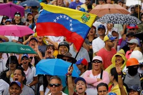 Manifestantes de oposição em protesto contra o presidente da Venezuela, Nicolás Maduro, em Caracas. 01/07/2017 REUTERS/Carlos Garcia Rawlins