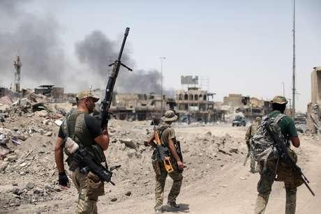 Militares iraquianos durante batalha contra membros do Estado Islâmico