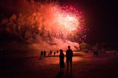 Moradores assistem show de fogos de artifício em celebração do Dia da Independência, em Connecticut, nos Estados Unidos. 01/07/2017  REUTERS/Adrees Latif