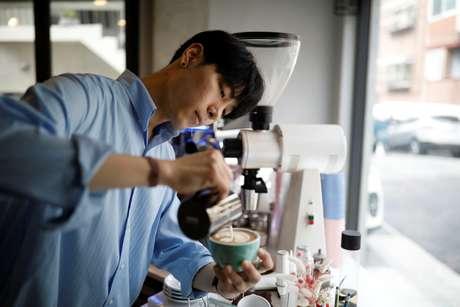 Lee Kang-bin reproduz quadros famosos em seus cafés