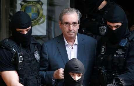Ex-presidente da Câmara dos Deputados, Eduardo Cunha, é escoltado pela polícia em Curitiba, Brasil 20/10/2016 REUTERS/Rodolfo Buhrer