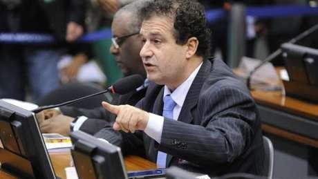 Projeto do deputado Pompeo de Mattos quer enquadrar transmissão intencional do HIV como crime hediondo, mas entidades criticam iniciativa como 'retrocesso' em políticas para a doença