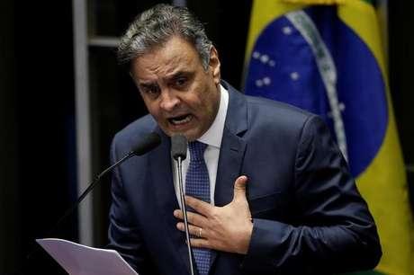 Senador Aécio Neves faz discurso se defendendo de acusações de corrupção após retomar mandato em Brasília