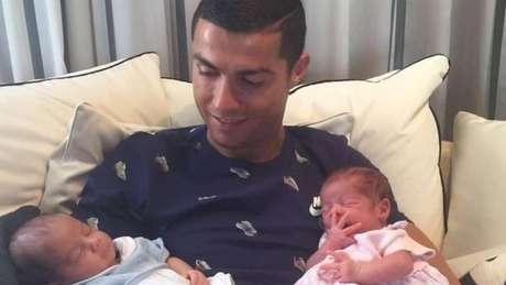 Cristiano Ronaldo mostra parte de sua vida privada no Instagram, mas também vende sua imagem para anúncios publicitários