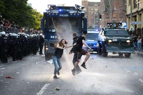 Manifestantes enfrentam policiais durante a cúpula do G20, na Alemanha