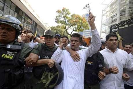 Venezuela: líder opositor Leopoldo López é transferido para prisão domiciliar