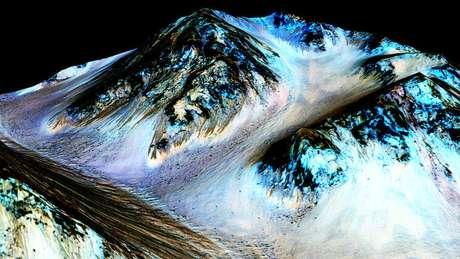 Missões a Marte comprovaram presença de água, mas descoberta recente diz que componentes de sua superfície impedem a vida