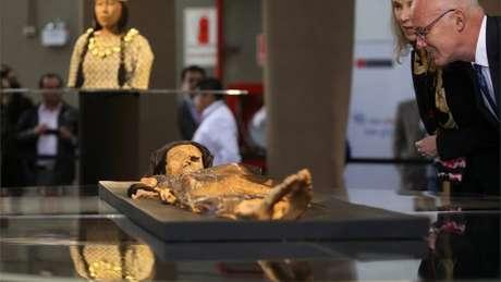 Múmia foi descoberta há 12 anos em meio às ruínas de uma pirâmide no norte do país