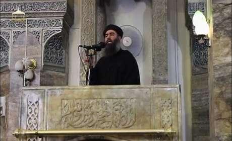 Líder do Estado Islâmico, Abu Bakr al-Baghdadi, em mesquita de Mosul, em imagem publicada na internet em 5 de julho de 2014 REUTERS/Rede social via Reuters TV