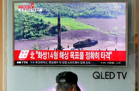 Televisão transmite imagem de lançamento de míssil Hwasong-14 pela Coreia do Norte, em estação de trem em Seul. 04/07/2017  REUTERS/Kim Hong-Ji